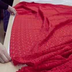 Рассказывая про уникальные ткани ТИССУРЫ, мы очень часто говорим о том, что в их создание вложено много ручного труда.  Великолепные кружева, изысканная тесьма, воздушная сеточка  требуют к себе особого отношения. Начинается все с подготовки тканей к продаже. Тоже с применением ручного труда. А по-другому нельзя…