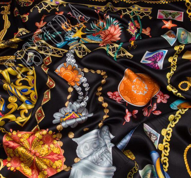 Шелковый атлас. На черном фоне украшения, шляпки, флакончики духов #1
